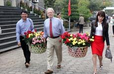Cựu binh Mỹ đặt hoa hồng tưởng niệm vụ thảm sát Sơn Mỹ