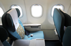 Khách hạng thương gia tát nữ tiếp viên hàng không
