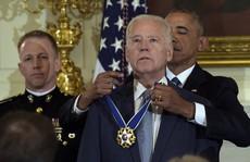 Ông Biden rơi nước mắt nhận 'quà' bất ngờ từ TT Obama