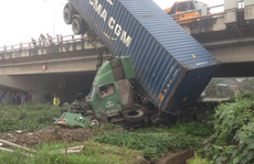 Tai nạn trên cầu Thanh Trì, xe container 'cắm đầu' xuống đất