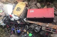 Xe container lao từ trên cầu xuống suối, 4 người trọng thương