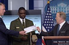 Ông Trump bị 'bóc mẽ' vụ tặng tiền lương cho công viên