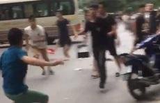 2 nhóm thanh niên cầm hung khí hỗn chiến trên phố trung tâm Hà Nội
