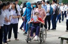 Hai thí sinh bị tai nạn nhưng vẫn quyết tâm thi THPT Quốc gia