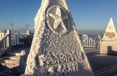 Cận cảnh đỉnh Fansipan trắng xóa trong băng tuyết