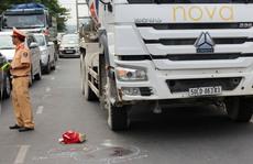 Xe bồn cán chết người phụ nữ qua đường đón xe buýt