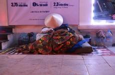 Cảnh màn trời chiếu đất của những người vô gia cư trong đêm Đông Hà Nội