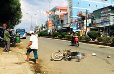 Ngồi sau xe rơi xuống đường, bị xe cán chết tức tưởi
