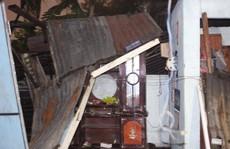 Gió lốc giữa mùa khô tại Sài Gòn, nhiều nhà bị tốc mái