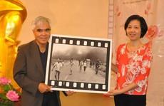 Nick Út tặng bức ảnh 'Em bé Napalm' cho Bảo tàng Phụ nữ Việt Nam