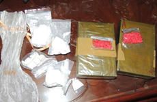 Bắt nhóm buôn lậu vác súng đạn đi tiêu thụ 12,5 bánh heroin