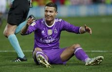 Ranieri kẹp cổ Kante, Ronaldo ném bóng vào lưng Vitolo