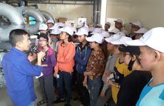 Sinh viên ngành môi trường tham quan khu Đa Phước