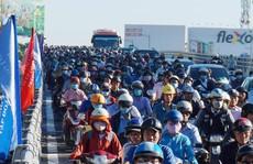 Nhánh cầu cửa ngõ Tân Sơn Nhất vừa thông, xe vẫn kẹt