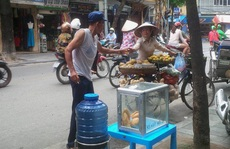 'Bình nước, thùng bánh mì Thạch Sanh'  giữa phố cổ Hà Nội