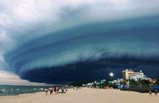 """Đám mây đen kịt hình thù kỳ lạ như """"nuốt chửng"""" biển Sầm Sơn"""