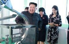 Ông Kim Jong-un tươi cười thăm nhà máy mỹ phẩm cùng vợ