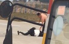 Vợ chồng đánh nhau trên đường băng, máy bay trễ chuyến