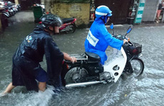 Mưa lớn, dân bì bõm trên nhiều tuyến phố  Hà Nội ngập sâu