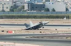 Chiếc đấu cơ Mỹ hạ cánh khẩn cấp, phi công lao ra ngoài