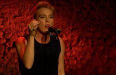 Ca sĩ Pháp chết trên sân khấu, nghi điện giật