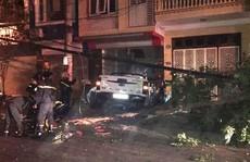 Phá cửa cứu 3 người kẹt trong xe bán tải tông đổ cột điện