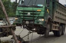 Cẩu xe tải 'Hổ vồ' chở đất lên để lấy thi thể người bị nạn