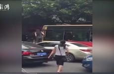 Người phụ nữ trèo cửa sổ xe buýt, đập đầu tài xế