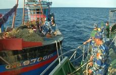Bị lai dắt vào bờ xử lý, tàu giã cào trái phép cắt dây bỏ trốn