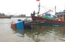 Lốc xoáy nhấn chìm một tàu cá Quảng Trị