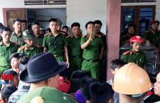 """Dân vây đòi' xử"""", điều 2 xe cảnh sát bảo vệ người phụ nữ nghi bắt cóc trẻ em"""