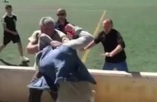 Phụ huynh đánh nhau ngay trước mặt các cầu thủ 'nhí'