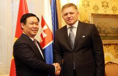 Phó Thủ tướng Vương Đình Huệ thăm trường cũ ở Slovakia