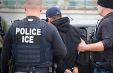 Người nhập cư ở Mỹ bắt đầu lãnh đòn