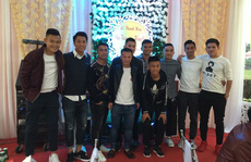 Tuyển thủ Việt mừng đám cưới tiền vệ Thắng 'điếc'
