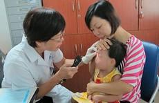 Con gái suýt mù vì mẹ nhỏ sữa chữa ghèn mắt