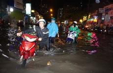 Nước chảy như lũ ở TP HCM sau cơn mưa lớn