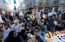 Vụ cháy ở London: Biểu tình sôi sục, thủ tướng Anh 'tháo chạy'