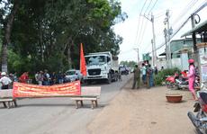 Hết cách, dân lại chặn xe tải vào mỏ đá Tân Cang