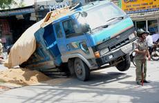 Kinh hãi hố sâu 'nuốt chửng' xe ben ở TP HCM