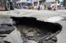 'Giải cứu' xe rác bị sụp hố sâu trên đường Hai Bà Trưng