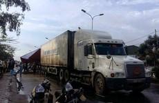 Xe container tông xe máy sang đường, 2 người thương vong