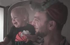Video bé lần đầu thấy mưa làm 'lây lan' hạnh phúc