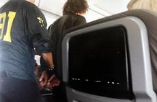 Gây rối trên máy bay, hành khách bị dán chặt trên ghế
