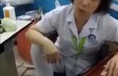 Nữ bác sĩ gác chân lên ghế thừa nhận tư thế 'không đẹp mắt'