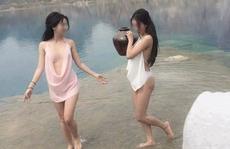Bất chấp lệnh cấm, 2 'hotgirl' chụp ảnh hở hang ở 'tuyệt tình cốc'