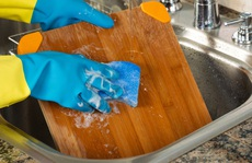 Rước bệnh cho cả nhà khi rửa thớt bằng nước rửa chén