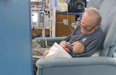 Cảm động hình ảnh 'ông ngoại' của phòng dưỡng nhi