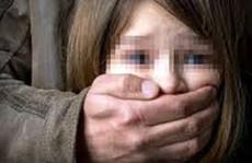 Dượng hãm hiếp cháu vợ 8 tuổi đến bấn loạn