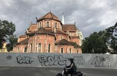 Tường rào công trình Nhà thờ Đức Bà bị 'bôi bẩn'